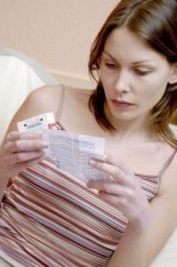 femme lisant une notice médicale